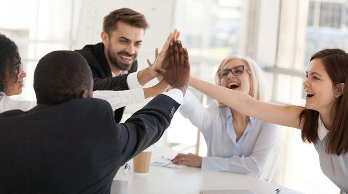 Wenn du dich mit anderen zusammentust, kommst du schneller ans Ziel. © Shutterstock, fizkes