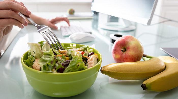 Eine leichte, gesunde Ernährung wirkt einem Mittagstief entgegen. © Shutterstock, Andrey_Popov