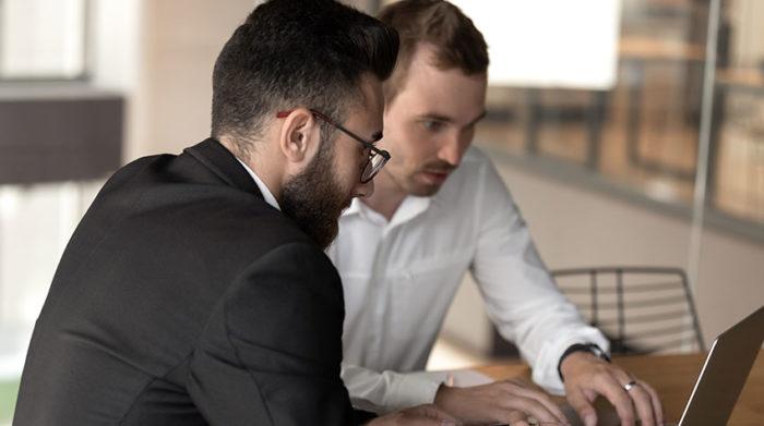 Lob, Kritik oder einfach, weil es mal wieder Zeit wird. Für Mitarbeitergespräche gibt es verschiedene Anlässe. © Shutterstock, fizkes