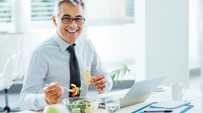 Mit leichten Mahlzeiten wirkst du einem Mittagstief erfolgreich entgegen. © Shutterstock, Stock-Asso