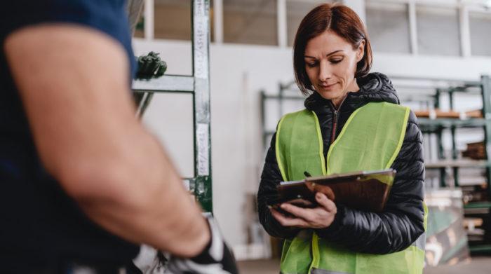 Die Fachkraft für Arbeitssicherheit unterstützt dich in allen sicherheitstechnischen Belangen. © Shutterstock, Zivica Kerkez