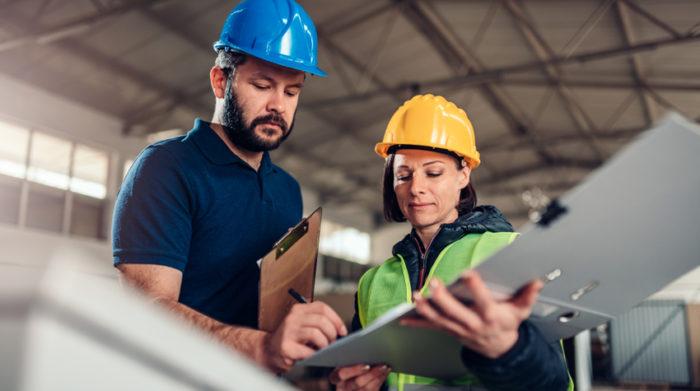 Safety first: Deine Mitarbeiter dürfen bei ihren Tätigkeiten nicht gefährdet werden. © Shutterstock, Zivica Kerkez