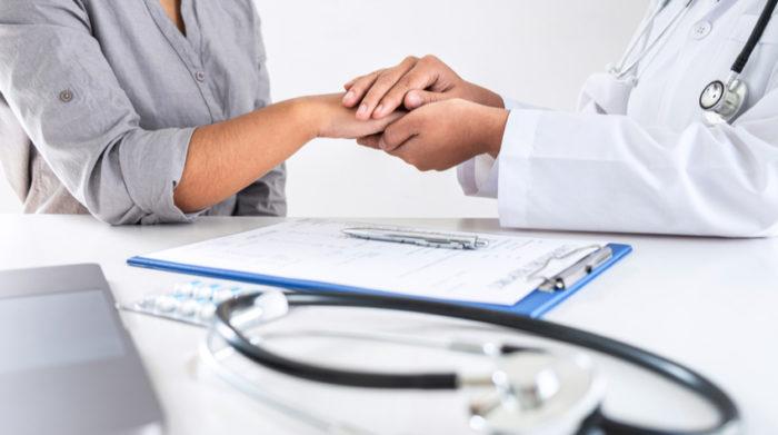 Der Betriebsarzt ist für die arbeitsmedizinische Beratung und Vorsorgeuntersuchungen zuständig. © Shutterstock, SuperOhMo