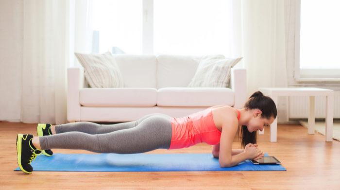 Planks sind anstrengend, bringen aber auch eine Menge für deine Fitness. © Shutterstock, Syda Productions