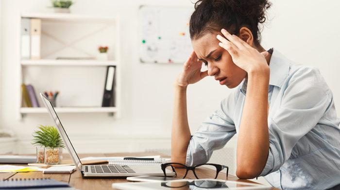 Neben körperlichen Gefährdungen spielt auch die psychische Belastung am Arbeitsplatz eine wichtige Rolle. © Shutterstock, Prostock-studio