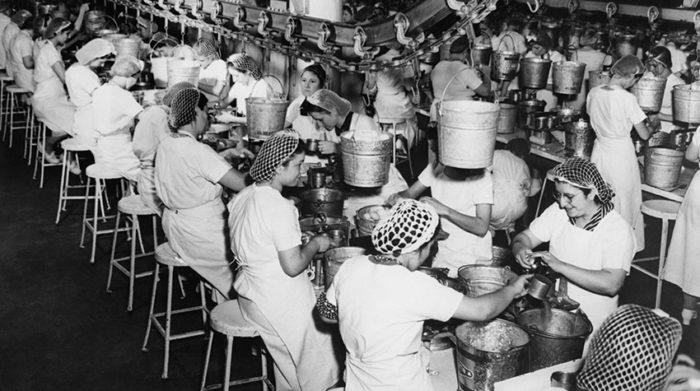 Ob für Frauen, Männer oder Jugendliche: Die Arbeitsbedingungen waren früher besonders hart. © Shutterstock, Everett Collection