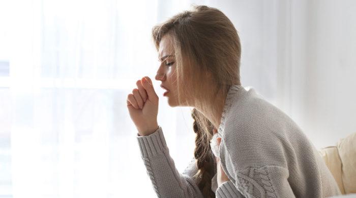 Woran liegt es, dass mit einer Grippe auch Rückenschmerzen einhergehen. © Shutterstock, Africa Studio