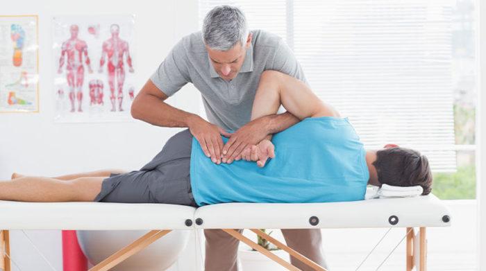 Wenn deine Schmerzen nicht besser werden, solltest du zu einem Arzt gehen. © Shutterstock, ESB Professional