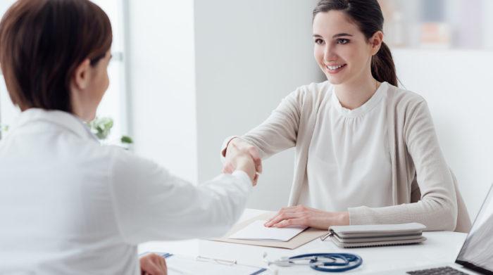Als Arbeitgeber solltest du das Gespräch mit deinen Mitarbeitern suchen und nach Problemen und Belastungen fragen. © Shutterstock, Stock-Asso