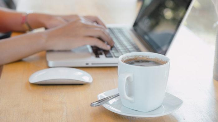 Bildschirmplatzarbeit gehört heutzutage für viele Arbeitnehmer zum Alltag. © Shutterstock, Mongta Studio