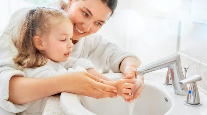 Richtiges Händewaschen will früh gelernt sein. © Shutterstock, Yuganov Konstantin