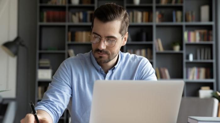 Sofern es in deiner Branche möglich ist, solltest du deine Mitarbeiter von zuhause arbeiten lassen. © Shutterstock, fizkes