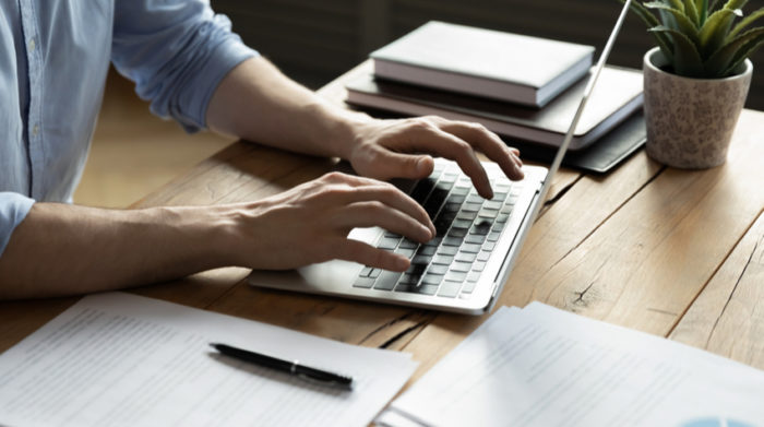 Bei uns erfährst du, wie es mit der Zahlung des Gehaltes während der Quarantäne aussieht. © Shutterstock, fizkes