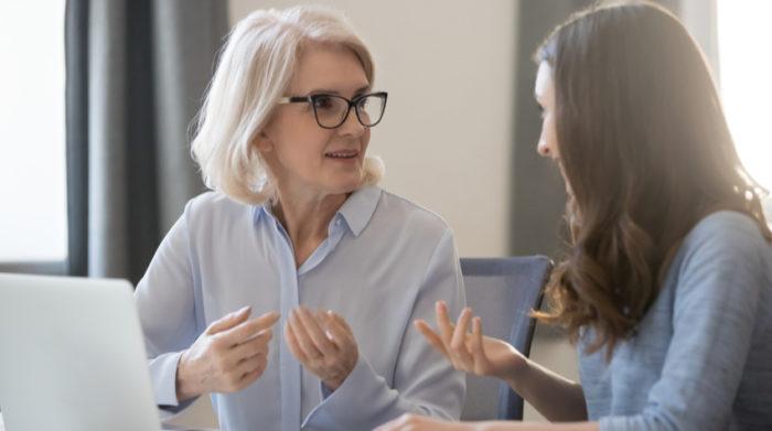 Kommunikation und ein regelmäßiger fachlicher Austausch: Das kannst du gegen psychische Belastungen unternehmen. © Shutterstock, fizkes