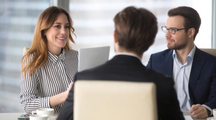 Die Gefährdungsbeurteilung gehört zu den Dokumenten, die du bei einer Betriebsbegehung vorlegen können musst. © Shutterstock, fizkes