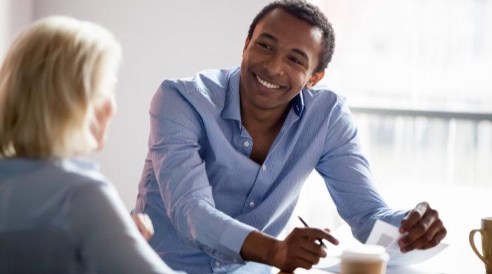 Auch die Fachkraft für Arbeitssicherheit trägt dazu bei, den Arbeitsschutz in deinem Unternehmen zu gewährleisten. © Shutterstock, fizkes