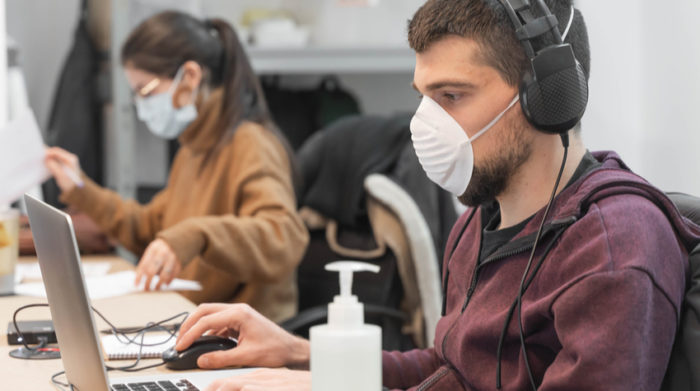 Wenn das Arbeiten aus dem Home Office keine Option ist, müssen die Arbeitsschutzmaßnahmen im Unternehmen erhöht werden. © Shutterstock, Deliris