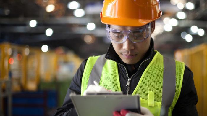 Für die Aufrechterhaltung der Arbeitssicherheit müssen verschiedene Gesetze und Verordnungen befolgt werden. © Shutterstock, ndoeljindoel