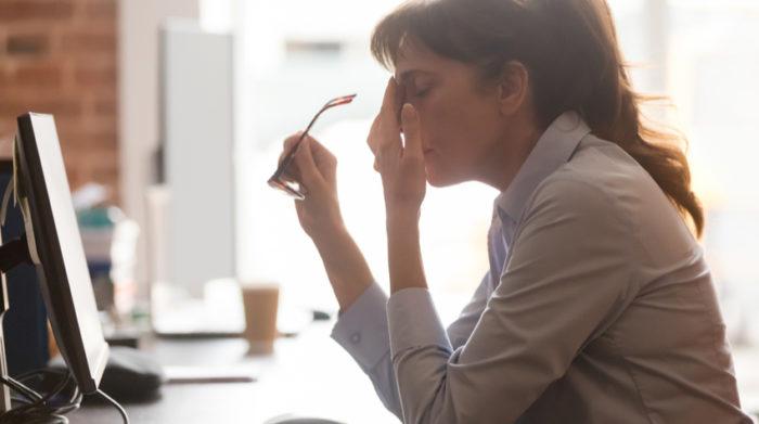 Damit die Arbeitstätigkeit nicht zur physischen und psychischen Belastung wird, gibt es Arbeitsschutzmaßnahmen. © Shutterstock, fizkes