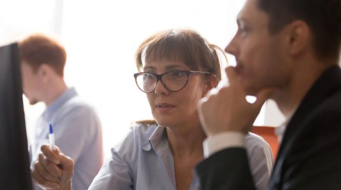 Hier erfährst du, welche Prüfungen es im Zusammenhang mit den DGUV Vorschriften gibt. © Shutterstock, fizkes