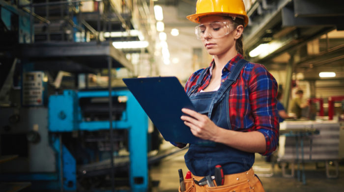 Auch bei der Prüfung nach DGUV Vorschrift 3 übernimmt die Fachkraft wichtige Funktionen. © Shutterstock, Pressmaster