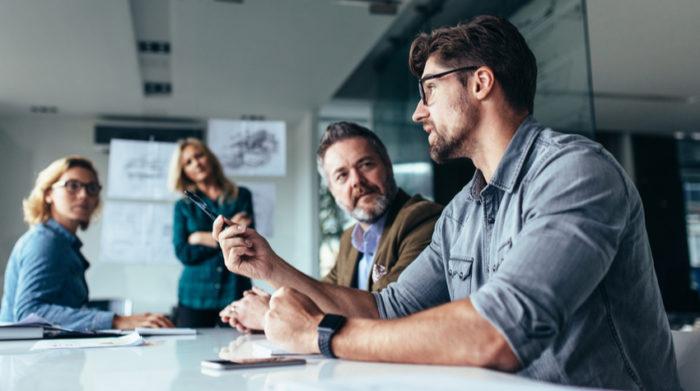 Der Betriebsarzt und die Fachkraft für Arbeitssicherheit unterstützen dich mit ihrer Expertise. © Shutterstock, Jacob Lund