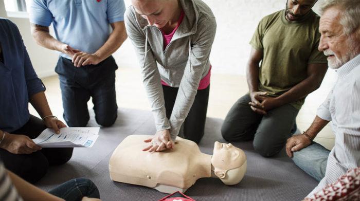 Es gibt verschiedene Arten an Erste-Hilfe-Kursen. © Shutterstock, Rawpixel.com