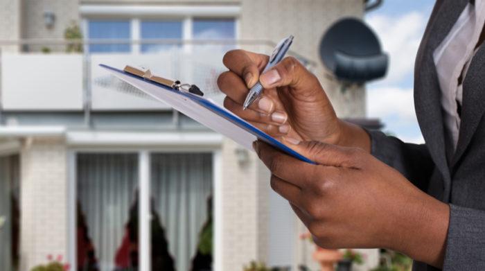 Auch in Privathaushalten bist du als Arbeitgeber zu umfangreichen Arbeitsschutzmaßnahmen verpflichtet. © Shutterstock, Andrey_Popov