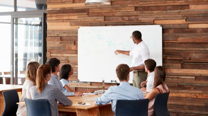 Als Arbeitgeber musst du deine Mitarbeiter regelmäßig en in den Themen Arbeitssicherheit und Arbeitsschutz unterweisen. © Shutterstock, Monkey Business Images