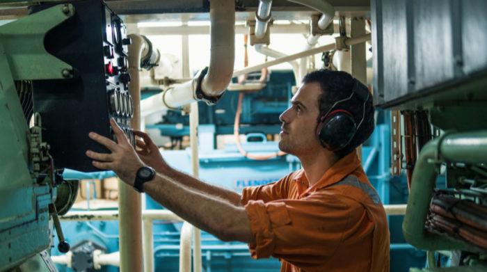 Mit der Prüfung der Arbeitsmittel tragen Sie erheblich zum Arbeitsschutz bei. © Shutterstock, Igor Kardasov