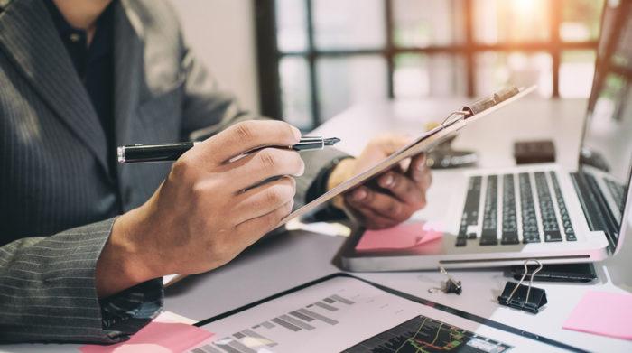 Eine Gefährdungsbeurteilung unterstützt dich bei erfolgreichem betrieblichen Gesundheitsschutz. © Shutterstock, Mr.Whiskey