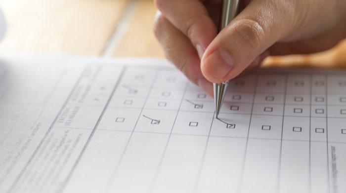 Ein Fragebogen zu den psychischen Belastungen am Arbeitsplatz hilft dir bei der Durchführung einer erfolgreichen Gefährdungsbeurteilung. © Shutterstock, jannoon028
