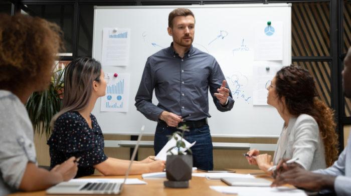 Soziale Beziehungen und das Führungsverhalten haben einen großen Einfluss auf das Wohlbefinden deiner Beschäftigten. © Shutterstock, fizkes