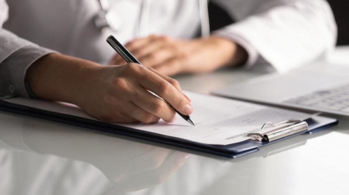 Psychische Belastungen am Arbeitsplatz äußern sich durch vielfältige Symptome. © Shutterstock, fizkes