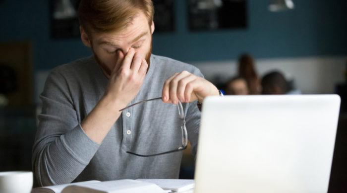 Negativer Stress am Arbeitsplatz kann verschiedene psychische Symptome hervorrufen. © Shutterstock, fizkes