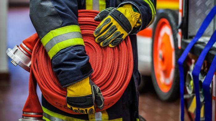 Brandschutzhelfer haben unter anderem die Aufgabe, im Brandfall die Feuerwehr zu verständigen. © Shutterstock, possohh