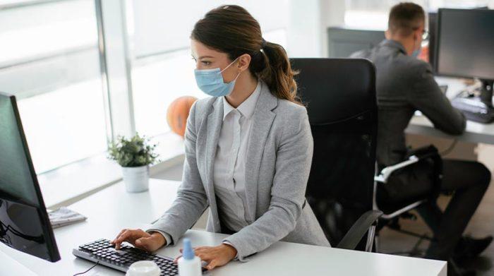 Wer regelmäßig im Unternehmen arbeitet, muss sich unter Umständen testen lassen. © Shutterstock, Just Life
