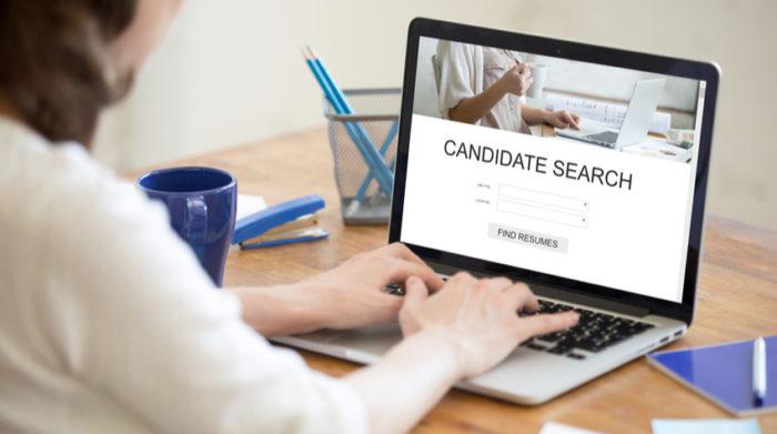 Geeignete Mitarbeiter kann man heute auf Social Media oder anderen Online-Plattformen finden. © Shutterstock, fizkes