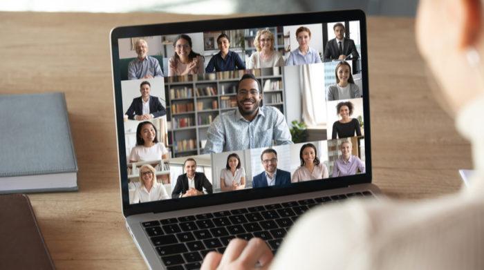 Das moderne Büro vernetzt Mitarbeiter virtuell und analog. © Shutterstock fizkes